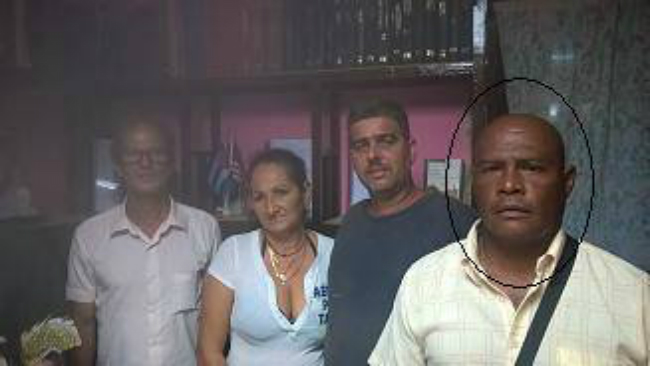 Ubaldo Herrera Hernandez (far right) is one of two Cuban libertarian activists being detained.