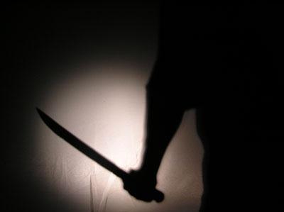 Robber pulls a gun. Store owner pulls machete. Robber flees. (VIDEO)